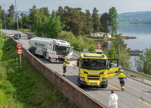 ETTERFORSKES: Veien var stengt i sju timer mens det ble gjennomført tekniske undersøkelser.