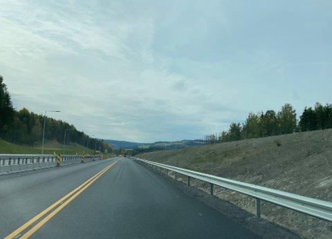 JORDVOLLER: Store jordvoller på begge sider av den firefelts motorveien er en del av skjermingen og det nye landskapet på nye E6.