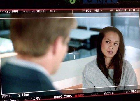 Caroline Myrbråten spiller rollen som au pair for karakteren «Henrik», som er spilt av Tobias Santelmann.