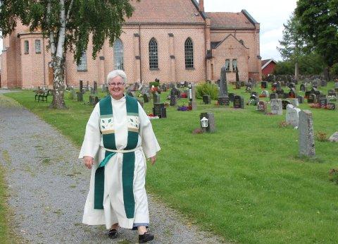AVSKJED SØNDAG: Unni Sveistrup tar avskjed med prestegjerningen på Hadeland søndag.
