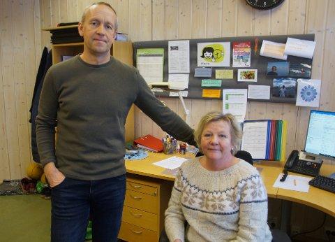BESKJED: – Vi fikk beskjed like før skolestart og holdt igjen elevene ute, sier rektor Grete Monsrud Sandvik og assisterende rektor Kjetil Austjord.