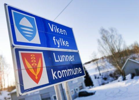 PÅ PLASS: Lørdag kom Viken-skiltet på plass på grensene til Lunner og Jevnaker.