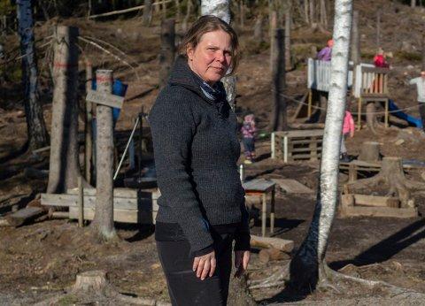 Leder ved Stortjernet barnehage, Anne Lise Knarud Hansen, har kjøpt eiendommen der det i dag er parkeringsplass mellom denne lekeplassen og hovedområdet til barnehagen. Bildet er tatt i forbindelse med gjenåpningen etter korona-stengningen.