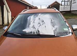 LAKK: Vinduer, karosseri og speil er ødelagt etter at gjerningspersonen(e) sprayet lakk på tre biler på Skodsberg.