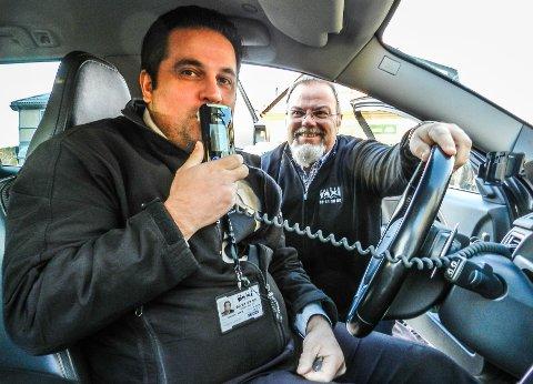 BLÅSER TIL GRØNT: Kermang Peroz (tv) og Vegar Skogli hos Halden Taxi demonstrerer en av de nye alkolåsene.