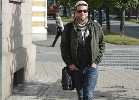 LUFTER SEG : Nils Axle Kanten, bosatt i Ottestad, tjener til livets opphold på stripeserien «Hjalmar» som trykkes i en rekke norske aviser. DAg ut og dag inn på hjemmekontor kan bli litt seigt, så da drar han gjerne ut i Hamar for å lufte hodet litt.