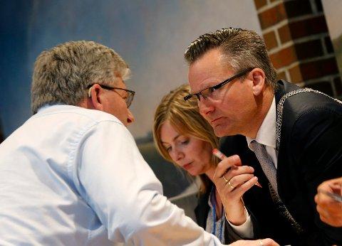 PÅ LINJE: Ordfører Jarle Nilsen og varaordfører Leif  Malvin Knutsen vil ikke kritisere administrasjonen for at de statlige millionene ikke er brukt til å gi et bedre dagtilbud til demente.