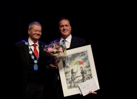 PRISES: Arne-Christian Mohn overrekker integreringspris til hotelldirektør Reidar Westre.