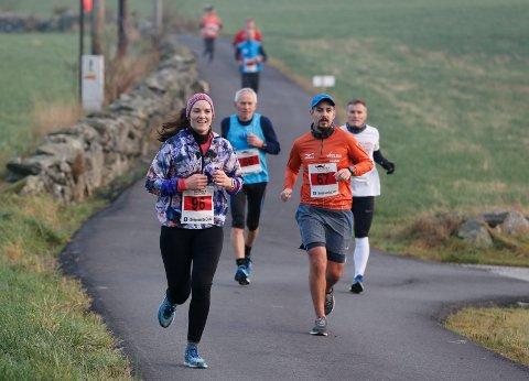 STILLER PÅ NYTT: Maren Kristine Lye Bårdsen fra Sveio løp sin første maraton da hun deltok i Karmøy Mararton i fjor. Ruben Hollund Espeland til høyre.