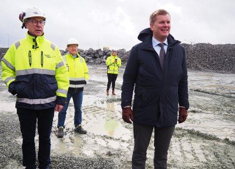 ARBEIDET I GANG: Inge Jan Thorsen, Vassbakk & Stol (t.v) og havnedirektør Tore Gautesen.