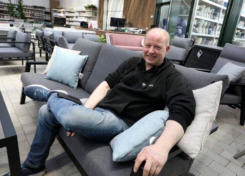 EN LITEN PAUSE: Ola S. Apeland driver Hageland-sentrene på Raglamyr og på Bygnes. Haugesunds Avis fikk ham nesten til å sitte helt i ro en halvtimes tid under intervjuet på senteret i Haugesund.