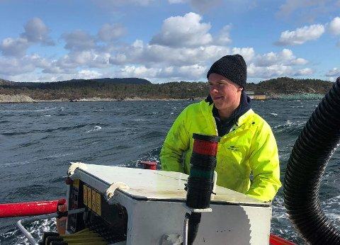 TRIVST PÅ SJØEN: Mathias Vikse er i sitt element ute på havet. For det meste går han ut, utanfor Viksefjorden, men no gjer han seg klar til vinterfiske i eit hardt klima lengst nord.