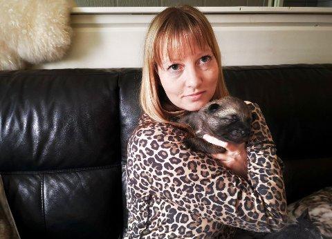 BEKYMRET: Beate Sandnes sier at hun ikke ble tatt seriøst av dyreklinikken da hun var bekymret for om valpen ville overleve eller ikke.