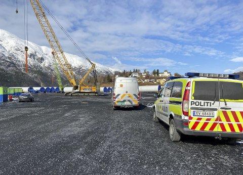 KONTROLL: Mandag kontrollerte politi og folk fra Statens Vegvesen kjøretøy som skal brukes til transport av vindturbindeler. Foto: Per Vikan