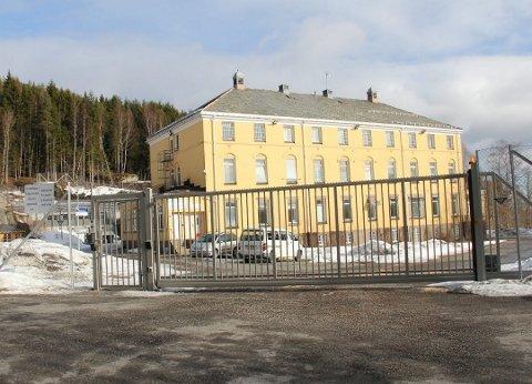 HER VAR HAN VOLDELIG: Dikemark sykehus er et psykiatrisk sykehus ved Dikemark i Asker. Som vi ser befinner sykehuset seg bak høye gjerder, og låste porter.