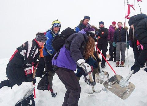 HELDIGVIS BARE PÅ LIKSOM: Elever blant annet fra Tana videregående skole fikk grundig opplæring i å lete etter savnede personer etter snøskred. Øvelsen fant sted i utmarka ovenfor Seida i Tana.
