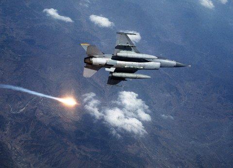 FLARE: Her slipper et F-16 en såkalt flare. Dette er et forsvarssystem mot innkommende varmesøkende (IR) missiler. Piloten forsøker å lure missilet ved at flaren lager en større varmesignatur enn jetmotoren på flyet. Etter å ha sluppet flaren tar ofte piloten en krapp sving unna, og ofte senker man farten, slik at varmesignaturen på flyet synker.