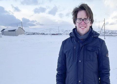 HYDROGENFABRIKK: Rådmann Jørgen Holten Jørgensen i Berlevåg viser hvor den planlagte hydrogenfabrikken skal være, nærmere bestemt på Revnes.Foto: Privat