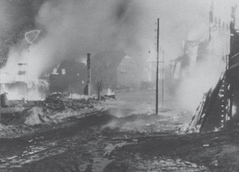 I BRANN: Her brenner trehusbebyggelsen i Hammerfest.