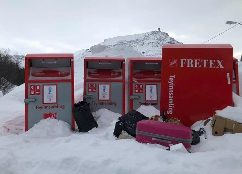 SØPPEL: Ved siden av innsamlingspunktet til Fretex var det tirsdag strødd med søppel.