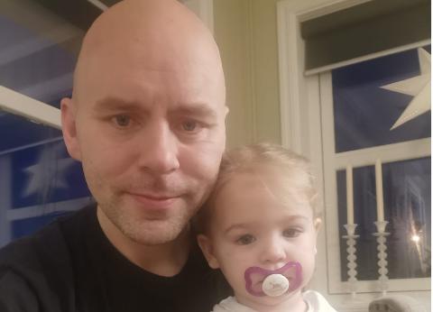 FLERE BARNEHAGER: Arnt-Jacob Olufsen (35) vil ha flere mindre barnehager i Vadsø, ikke en stor. Han synes det er fint å kunne gå til barnehagen med datteren Sofia (2).