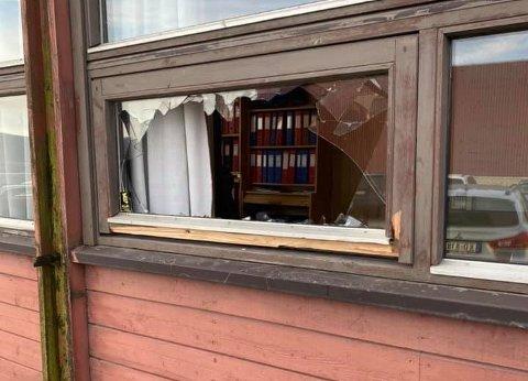 KNUST VINDU: Tyvene knuste vinduet for å komme seg inn i bygget.