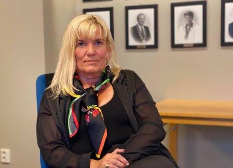 TENKER PÅ UNGDOMMEN: – Jeg vet mange ungdommer er veldig berørt av dette. Det at de møtes for å vise sin respekt synes jeg er en fin ting, sier ordfører Kari-Anne Opsal.