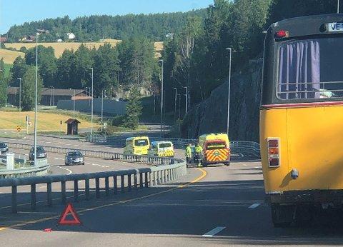 SPERRET VEIEN: Veien ble stengt i venstre felt i retning Lillestrøm etter at en bil kjørte inn i autovernet torsdag morgen.
