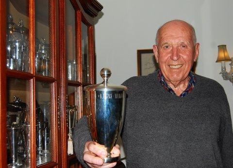 GJEVESTE TROFE: Terje Borstad har mange seire å se tilbake på fra sin lange travkarriere. – Dette er nok det gjeveste trofeet, Kongepokalen som jeg vant med Nic på Bjerke i 1969, sier 83-åringen.