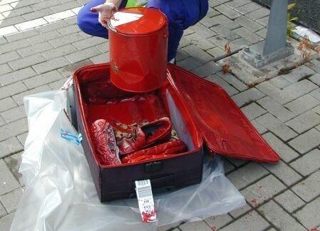 SØL: En mann sendte i sin tid en koffert full med malingsspann via bagasjebåndet på hovedflyplassen. Det endte det med rødt bagasjebånd og flere titalls kofferter som hadde fått ny farge.