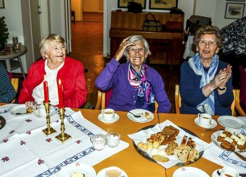En lystelig trio hygget seg ved bordet: f.v. Bjørg Jørgensen, Torveig Kivle og Gerd Gofjeld.