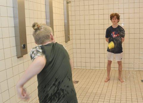 Svamp: Moro å treffe idrettselever med søkkvåt svamp.