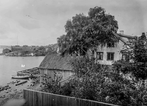 Vestre Øya trolig før 1920: Dette fotografiet er tatt like før man kommer til Sjøbadet. Litt vanskelig å si når det er tatt, men trolig rundt, eller litt før 1920. I bakgrunnen ser man Gunnarsholmen. Flere av bygningene ser ut til å være ganske nye. Støperiet på Gunnarsholmen var tidligere en betydelig arbeidsplass i Kragerø. Støperiet ble etablert i 1881. 24. januar 1963 ble driften innstilt. Da hadde bedriften eksistert i 82 år.