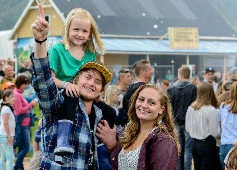 Her ser du Hanne Christensen (t.v.), sambuaren (Jostein Yri) og niesa deira Ida Mari Rustand på Festidalen-jordet ved hovedscena. (Foto: Privat).