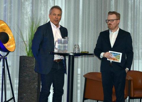 Johnny Løcka, administrerende direktør i Kongsberg Teknologipark AS, ga noen tanker og synspunkter om hvordan Kongsberg sentrum bør videreutvikles med nye E134 på plass. Til høyre Håvard Fossbakken, konferansier under Kongsberg-konferansen.
