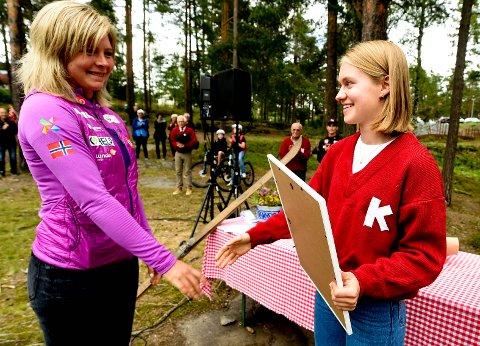 GLAD VINNER: KIF-hopper Ingrid Hordvik Kleven (t.h.) syntes det var ekstra stas at det var Maren Lundby, som delte ut prisen fra Birger Ruuds Minnefond. ALLE FOTO: OLE JOHN HOSTVEDT