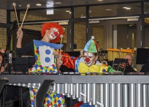 MARIMBAKLOVNER: ÅseMarOla (Ola til venstre, Åse Marie til høyre) elsker å underholde - gjerne i klovnekostyme. Her spiller de sammen med Lier Janitsjar under Sild og Jazz på kulturscenen i fjor høst.