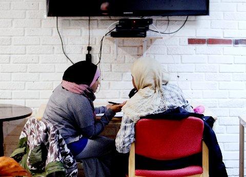 NYE MOSSINGER: Et stort politisk flertall i Moss vil si ja til å bosette inntil 50 flyktninger i 2017. Her hjelper Fatima Mohamed hjelper en somalisk elev i Moss med lekser.