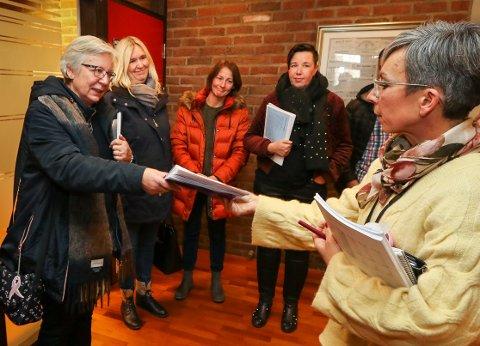 SYMBOL PÅ MISNØYE: Daglig leder Wenche Årvik (til venstre) fra Gubbeskogen barnehage overrakte et opprop med underskrifter til ordfører Hanne Tollerud (Ap) etter rådmannens budsjettframlegg torsdag.