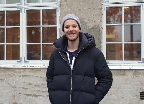 Kim Erik Strøm legger ut videoer på bydelens Facebookside, hvor han informerer og svarer på innbyggernes spørsmål om korona.