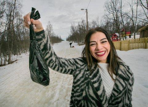 DUGNAD: Eliana Lakis vil lære asylsøkere om den norske dugnaden. - Mange som bor på mottak i Tromsø, vet ikke hvor lysløypa er en gang, etter flere måneder i byen, sier leder for hundebæsjdugnaden om få dager. - Vi kommer til å rydde  i flere omganger fram mot 16.mai.