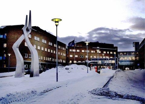VANN-PROBLEMER: En vannlekkasje i et rør i C-fløyen på Universitetssykehuset Nord-Norge (UNN) i Tromsø ble oppdaget på tirsdag. Da de ansatte skulle stenge av vannet for å reparere lekkasjen, benyttet de seg av ventiler som ikke hadde vært i bruk på 26 år. Dette førte blant annet til at skitne gummipartikler havnet i den rene vannforsyninga til UNN.