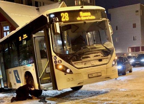 NOVEMBER-SNØ: Kongsbakken kan fort være en trafikal prøvelse fra november til april. Her fra en snøværsdag i november 2019.