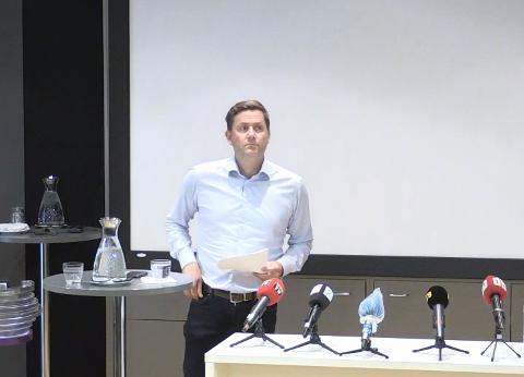 BEKLAGET: Konsernsjef i Hurtigruten, Daniel Skjeldam, på pressekonferansen mandag ettermiddag.