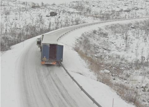 Traileren hindrer trafikk i begge kjørefelt