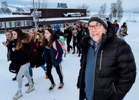 HYLLES: Søndre Land ungdomsskole og rektor Knut Solhaug hylles av fylkesopplæringssjefen for å levere robuste elever til de videregående skolene.