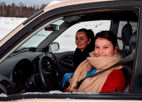 GLATTKJØRING: Hjemmesykepleierne Tonje Nygård (25) og Linn Johansen (32) var på glattkjøringskurs på Krabyskogen Motorbane lille julaften.