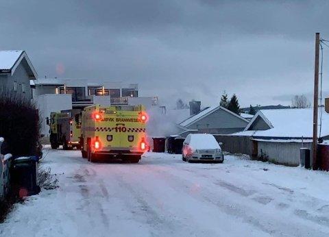TO BILER: Brannvesenet har slukket branntilløpet i en søppelkasse på Vikenløkka i Gjøvik.