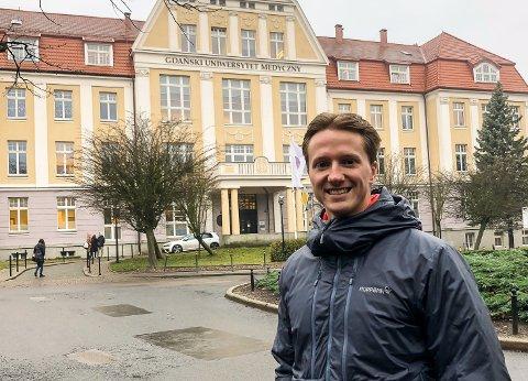 Ådne Kristenstuen foran det medisinske universitetet i Gdansk.