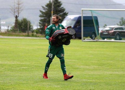 FAST GREP: Stryn-keeper Jakob Dypfest Holst måtte hente to baller ut av nettet mot Bremanger, men robotgrasklipperen hadde han bra kontroll på.